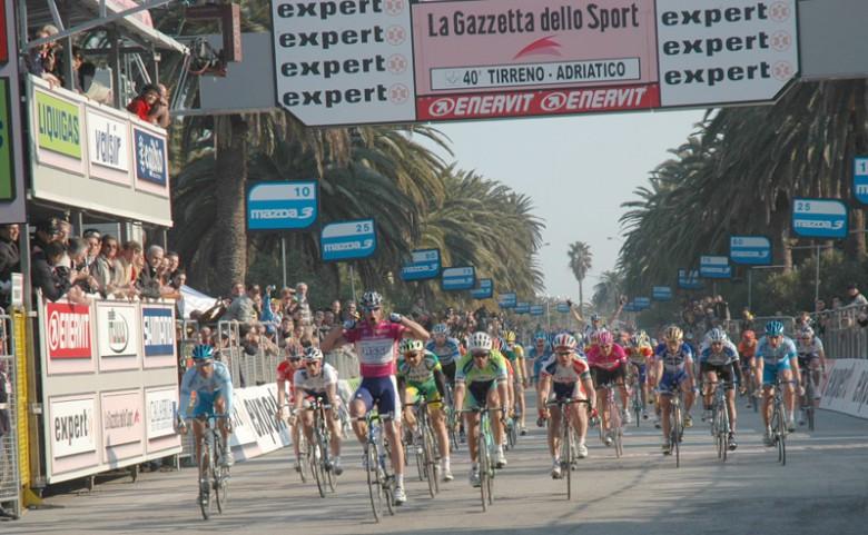 Tirreno-Adriatico, a Rohan Dennis la crono finale. Quintana si aggiudica la corsa