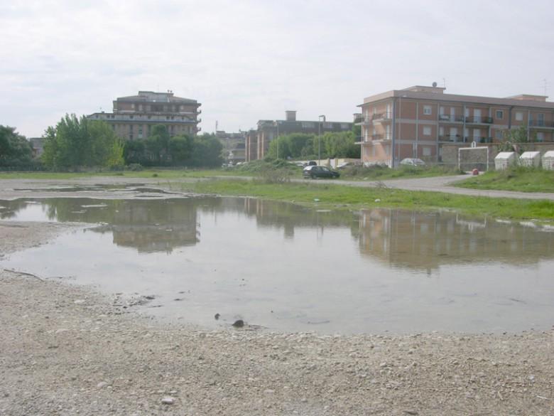 Lo stato in cui versa l'area adiacente all'ex Tirassegno (foto d'archivio)