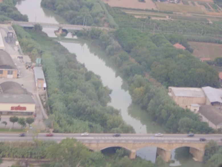 Un'immagine dall'alto del fiume Tronto e della folta vegetazione che lo circonda