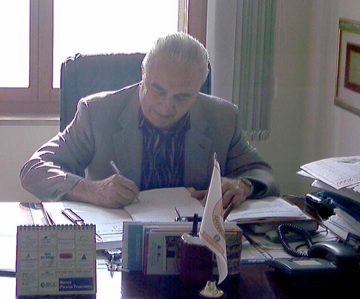 Tarcisio Infriccioli al lavoro nel suo ufficio