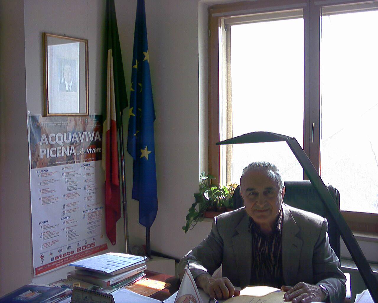 Il sindaco di Acquaviva Tarcisio Infriccioli nel suo studio