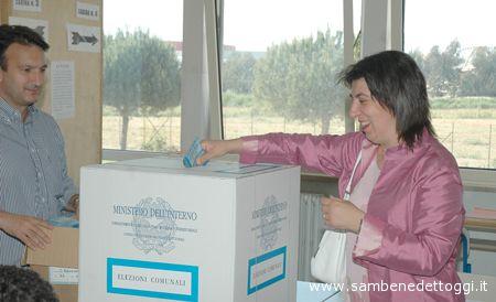 Una elettrice deposita la scheda elettorale nell'urna durante le votazioni per il comune del 28 e 29 maggio 2006