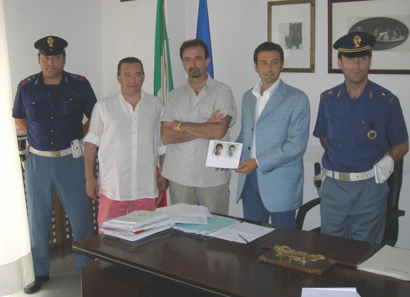 I dirigenti del Commissariato di San Benedetto e Fermo mostrano la foto dei due malviventi