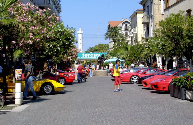 Una foto delle Ferrari in Viale Secondo Moretti/1