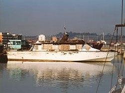 La Scimitar nel porto di Fano, dopo aver subito l'incendio nei primi anni novanta