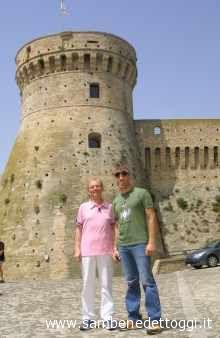 Osvaldo Bevilacqua e l'assessore Andrea Infriccioli con, alle loro spalle, la Fortezza Medioevale