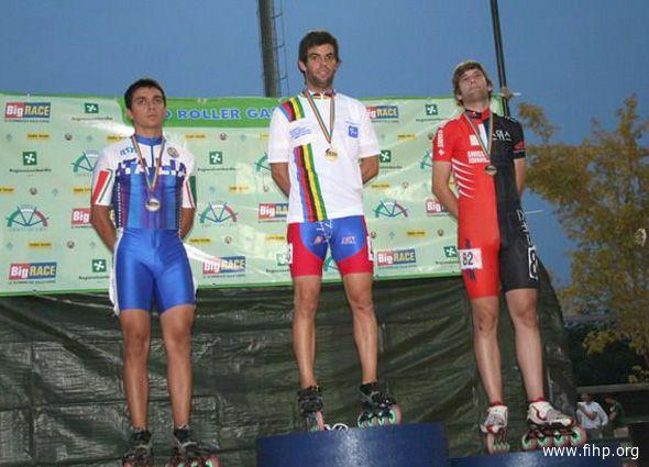 Matteo Amabili (a sinistra) sul podio dopo la 10.000 punti a eliminazione