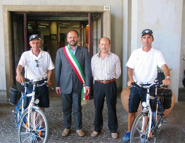 Il sindaco Gaspari con due agenti della Polizia Municipale impegnati nei controlli sul lungomare