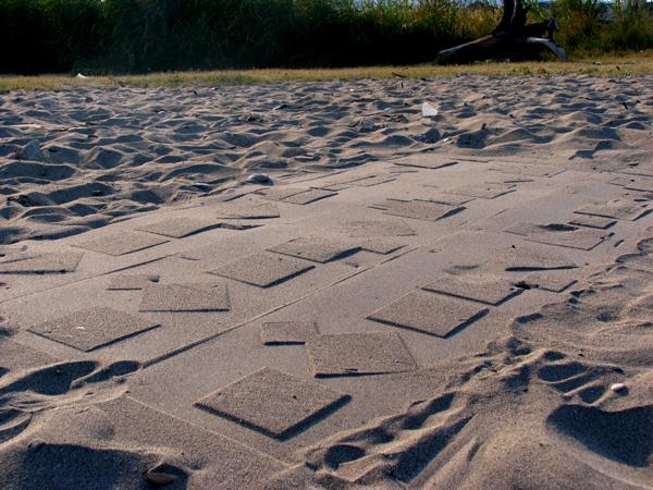 Strani segni sulla sabbia a San Benedetto