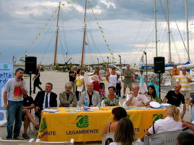Un'immagine dell'aperitivo di Goletta Verde a San Benedetto
