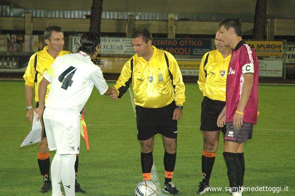 I due capitani insieme alla terna arbitrale prima di Tolentino-Samb