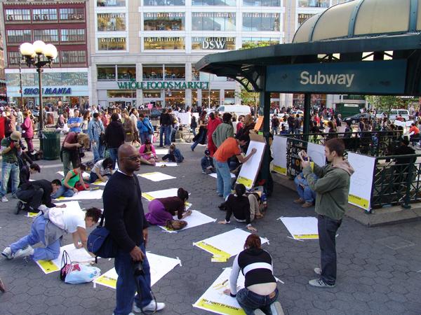 Un momento della perforance effettuata dal Ministero della Grafica a New York, (Union Square)