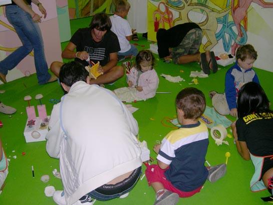 I bimbi costruiscono le loro personali scatole coi genitori