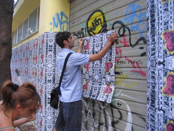 Un momento dell'installazione dell'opera d'arte di Andrea Buglisi. L'arte sceglie di valorizzare uno degli edifici in degrado della città.