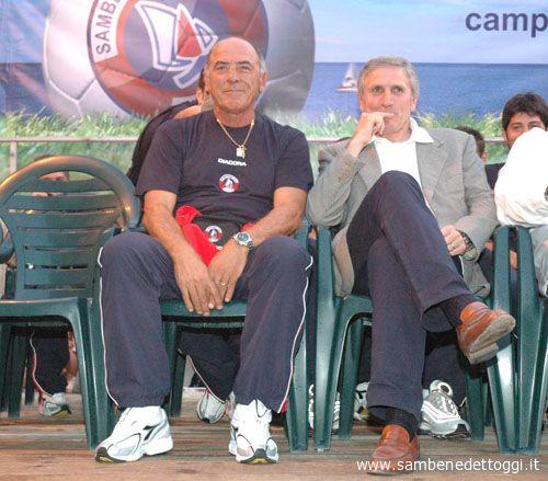 Un uragano di applausi per Francesco Chimenti, seduto alla destra di Peppino Pavone