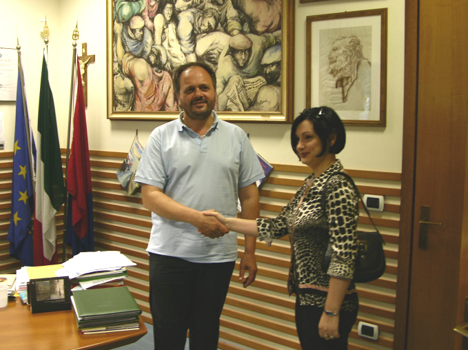 Il saluto tra il sindaco Gaspari e l'ambasciatrice Samuela Isopi