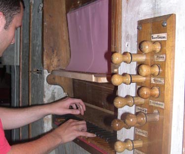 Il Maestro Aurini all'organo di Santa Lucia