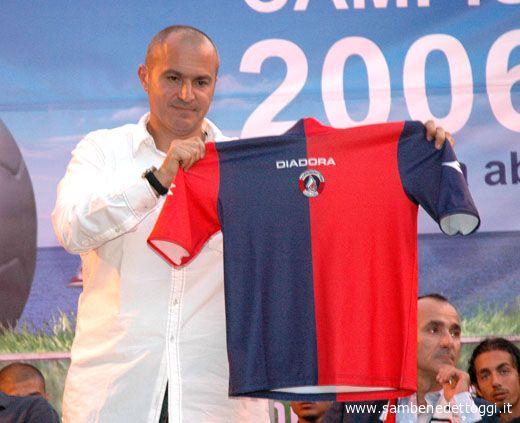 Marcello Tormenti mostra la maglia della Diadora per la stagione 2006-2007