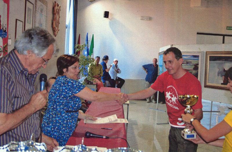 Il sindaco di Martinsicuro Leonilde Maloni e Gianfilippo Vallese dell'Associazione Carlo V premiano un pittore