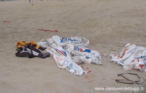 Ombrelloni e pezzi di striscioni nella zona dell'ex camping, dove in luglio si son giocate le gare di beach soccer