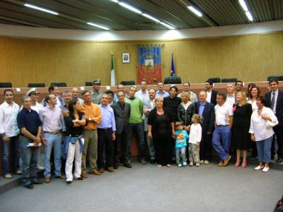 I fratelli Andrea e Alessandro Grossi (alla destra e alla sinistra del sindaco) con gli esponenti dell'Amministrazione comunale