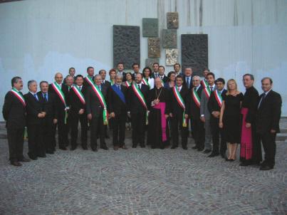 Foto di gruppo per il Vescovo e le autorità presenti alla festa