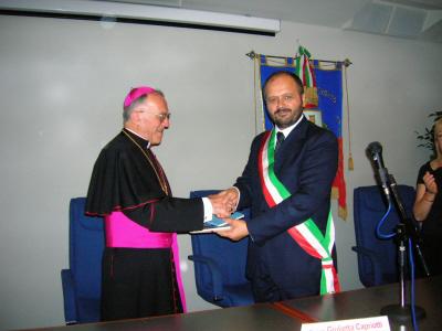 Stretta di mano tra il sindaco Gaspari e Mons. Gervasio Gestori