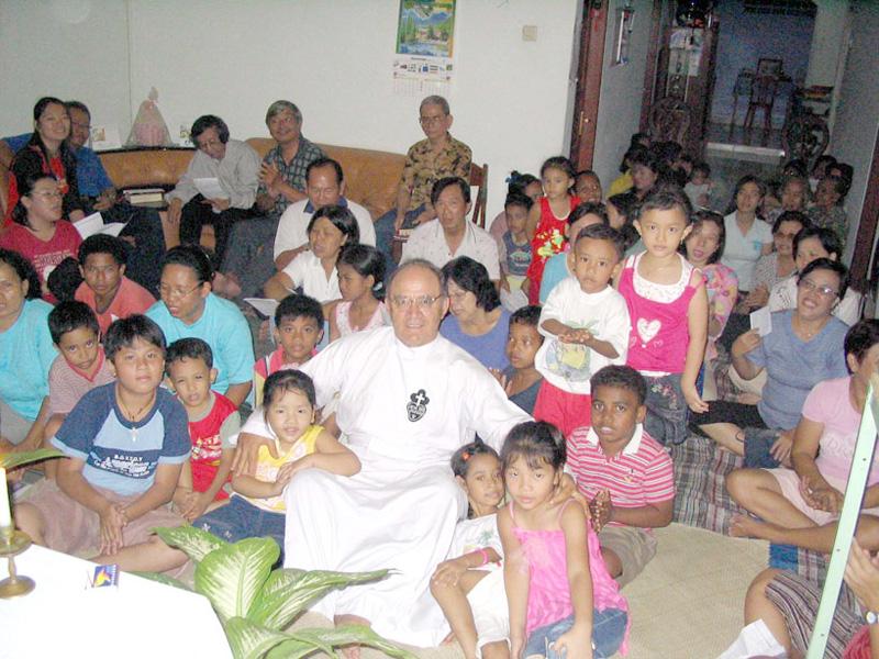 Padre Paolo Aureli durante la sua missione in Indonesia