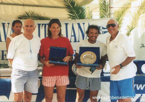 Il presidente del Coni provinciale Aldo Sabatucci premia il timoniere e il prodiere dell'Hobie Cat 16