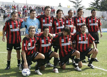 Il Foggia sceso in campo a Martina Franca lo scorso 10 settembre. In piedi, in alto a destra, l'ex Samb Gianluca Zanetti