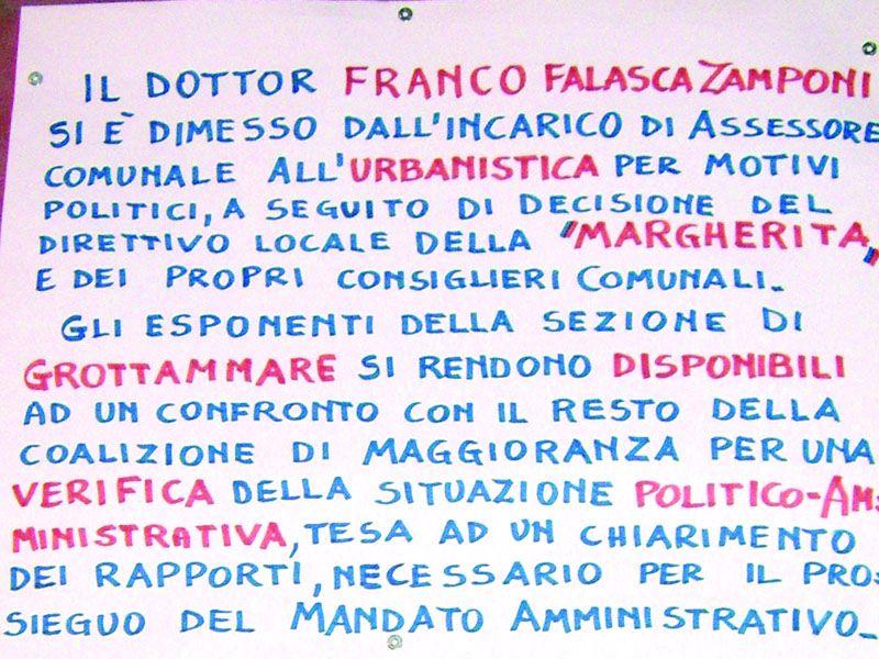 Il cartello affisso nei giorni scorsi in piazza Carducci