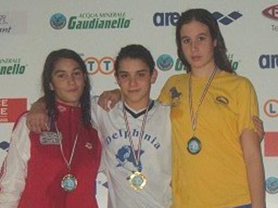Mila Bordina, della Delphinia, con la medaglia d'oro al collo dopo la vittoria nella 200 metri misti