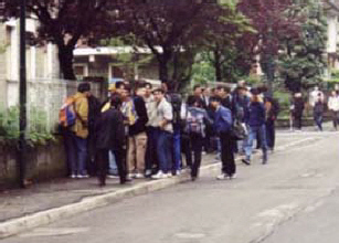Studenti all'uscita della scuola