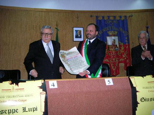 Il momento della consegna del Premio Truentum al prof. Lupi