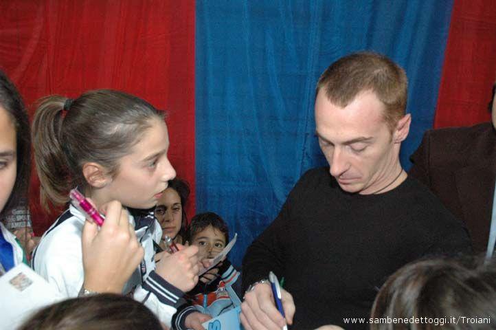 Yuri Chechi attorniato da giovanissimi atleti e atlete sambenedettesi alla ricerca di un autografo