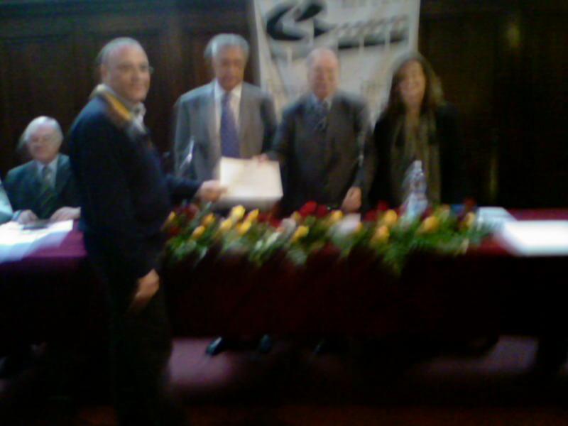 La consegna al presidente dell'Associazione Palio del Duca Nello Gaetani dell'attestato di partecipazione