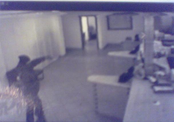Uno dei rapinatori ripreso dalle telecamere all'interno della banca