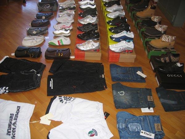 Una parte dei capi d'abbigliamento contraffatti sequestrati nell'operazione