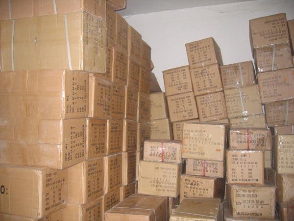 Gli scatoloni di merce contraffatta rinvenuti nell'appartamento di Ascoli