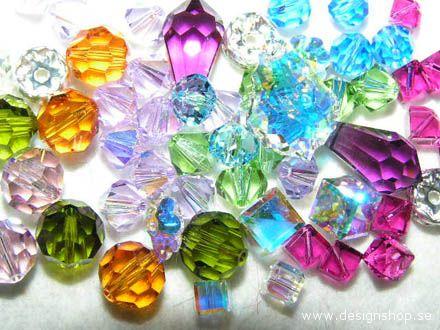 I prestigiosi cristalli hanno decorato l'abito creato da Vittorio Camaiani per Emanuela di Castelbarco