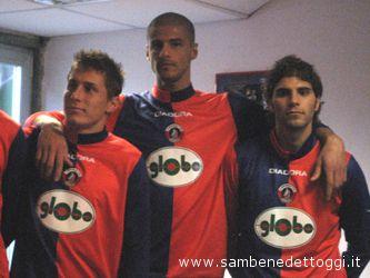 Tinazzi, Fragiello e Iovine con la maglia recante il nuovo sponsor,