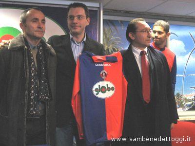 Gianni Tormenti assieme ai dirigenti di Globo, con le maglie recanti il logo dello sponsor