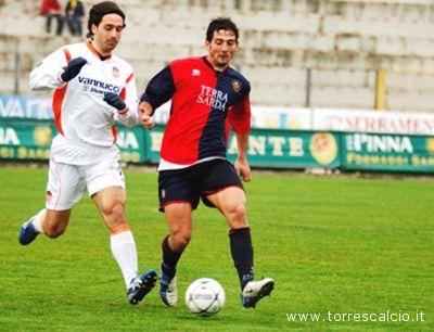 Il difensore del Siena Giovanni Bartolucci in azione con la maglia della Torres