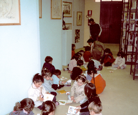 Bambini intenti alla lettura alla Biblioteca Comunale