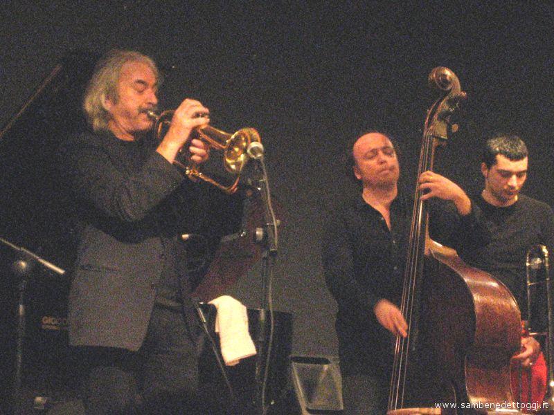 Enrico Rava con alcuni componenti della sua band durante l'esibizione al Kursaal