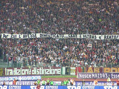Fare l'ultras è reato, recita lo striscione dei tifosi romanisti