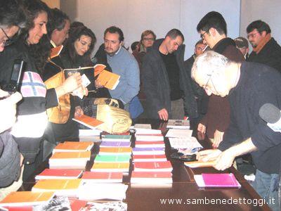 Renato Curcio al Kursaal mentre vende i libri della sua cooperativa