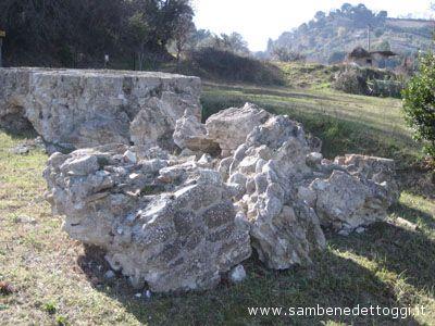 L'antica cinta muraria del Parco Archeologico di Cupra Marittima