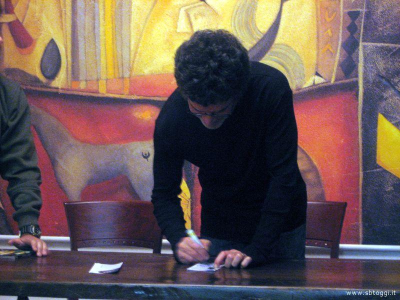 Vannelli mentre firma autografi
