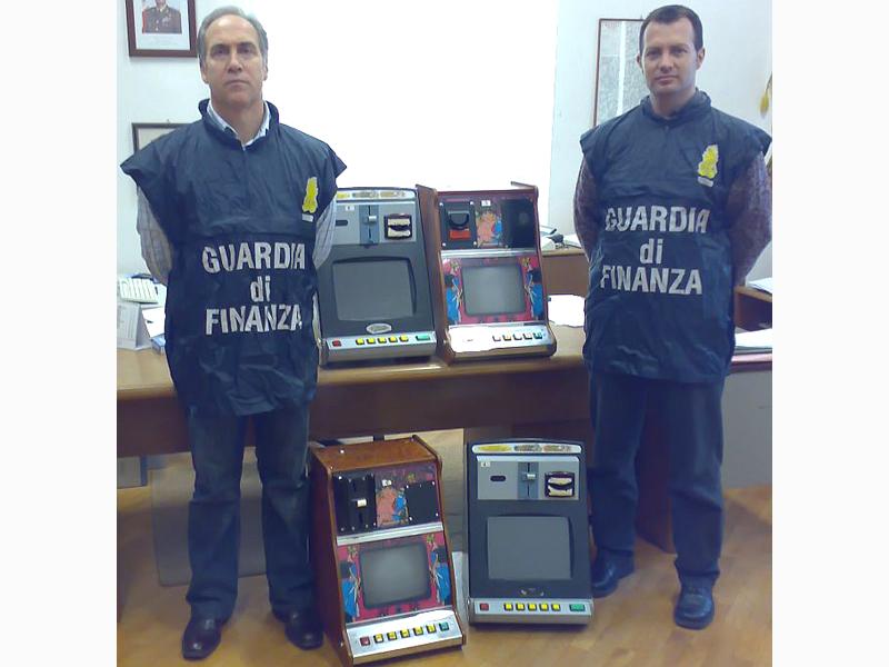 Agenti della Guardia di Finanza mostrano apparecchi modificati per il gioco d'azzardo elettronico irregolare (foto d'archivio)